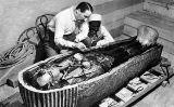 Howard Carter inspecciona el sarcòfag de Tutankamon