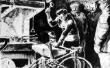 L'Eugène arregla la bici al taller del ferrer