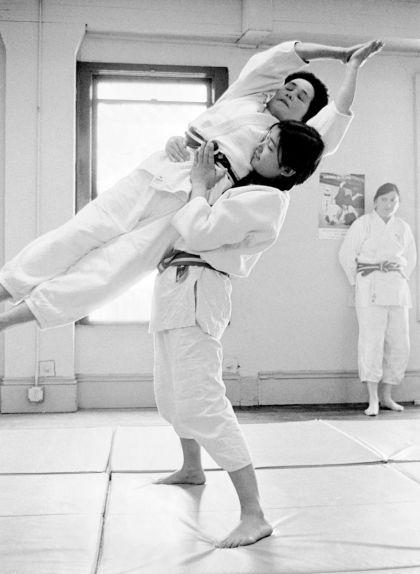 Keiko Fukuda ensenya en el seu club de judo
