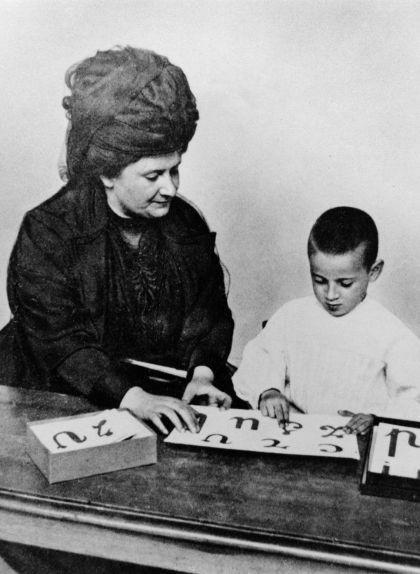 Maria Montessori a la seva escola el 1907